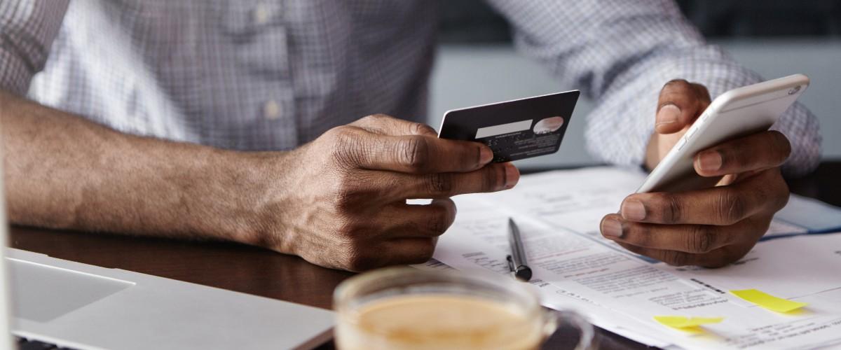 ¿Puedo cancelar una tarjeta de crédito con deuda?